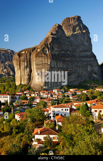 Kastraki village in the 'shadow' of the rocks of Meteora.  Trikala, Greece - Stock Image