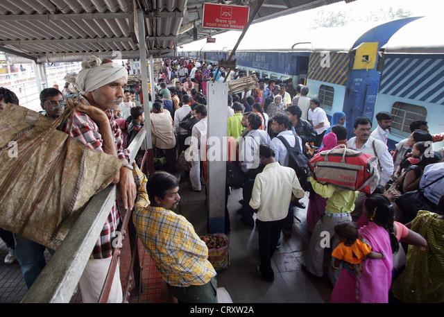 crowded platform at the train station of Katni, India - Stock Image