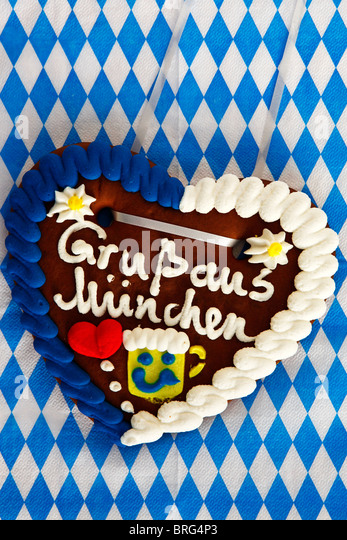 A traditional Bavarian gingerbread heart says 'Gruss aus Muenchen' meaning 'Greetings from Munich'. - Stock-Bilder