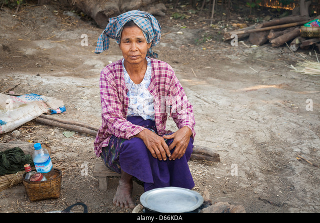 Elderly woman cooking outside, Yay Kyi village, Mandalay, Myanmar, (Burma) - Stock-Bilder
