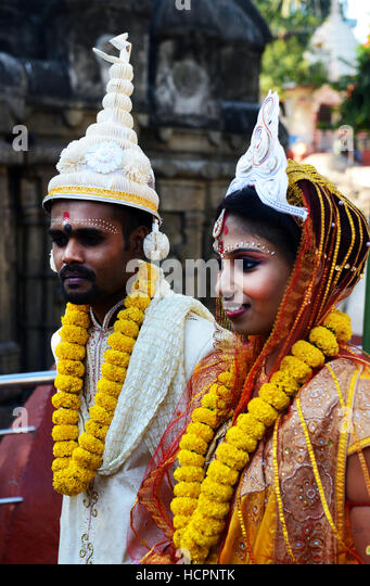 Assamese bride and groom in the Kamakhya Temple in Guwahati, Assam. - Stock Image