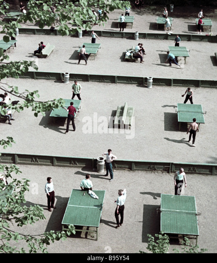 Muscovites playing table tennis in the Gorky Park - Stock Image