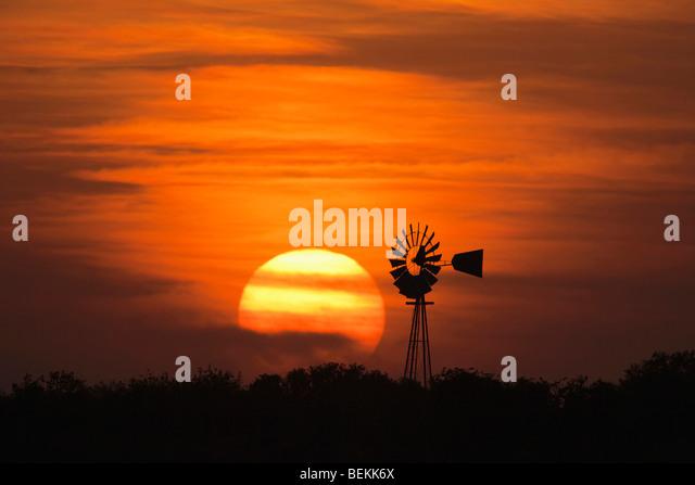 Wind mill at sunset, Sinton, Corpus Christi, Coastal Bend, Texas, USA - Stock-Bilder