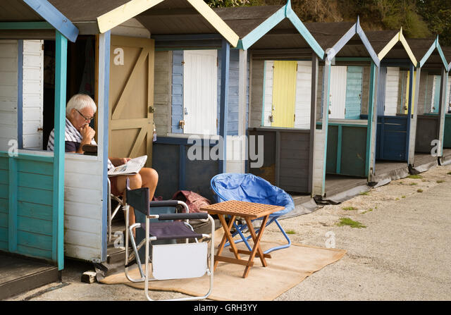 Swanpool Beach, Falmouth, UK. 8th September, 2016. Man enjoying reading the paper in the September sunshine from - Stock Image