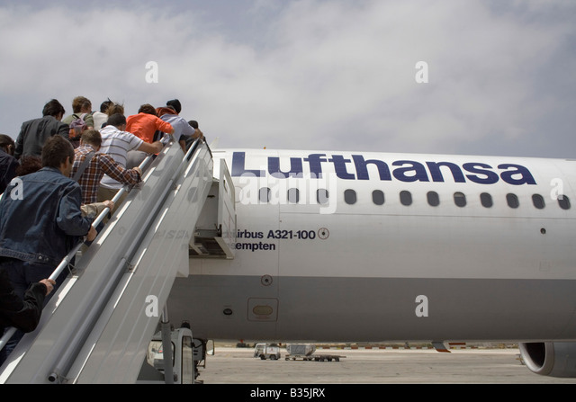 Commercial air travel. Passengers boarding a Lufthansa Airbus A321. - Stock-Bilder