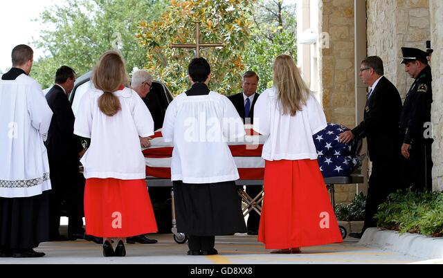 Farmers Branch, USA. 13th July, 2016. The body of Dallas Police Department Sgt. Michael Smith is transported to - Stock Image