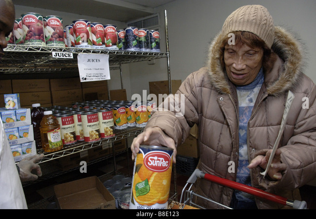 A client shops for groceries at the Food Bank of NYC Food Pantry in the Harlem neighborhood of New York - Stock Image