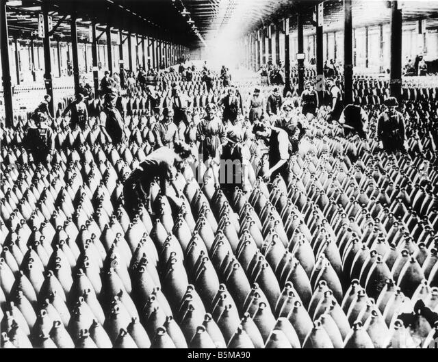 2 G55 R1 1918 English Munitions Store World War I History World War I Arms industry England Men and women working - Stock Image
