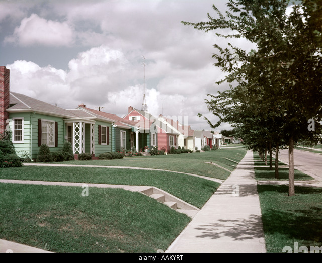 1950s SUBURBAN STREET SINGLE FAMILY HOUSES SIDEWALK SIOUX FALLS SOUTH DAKOTA - Stock Image