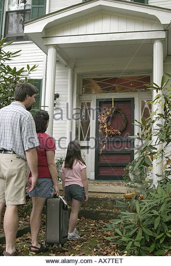 West Virginia Lewisburg The Great Oak Bed and Breakfast family arriving luggage - Stock Image