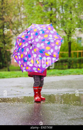 Back view of toddler girl with umbrella - Stock Image