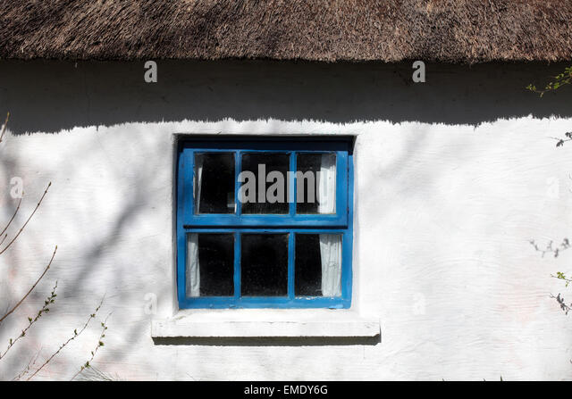 Thatched cottage window, Ballyare, Ramelton, Co. Donegal, Ireland. - Stock Image