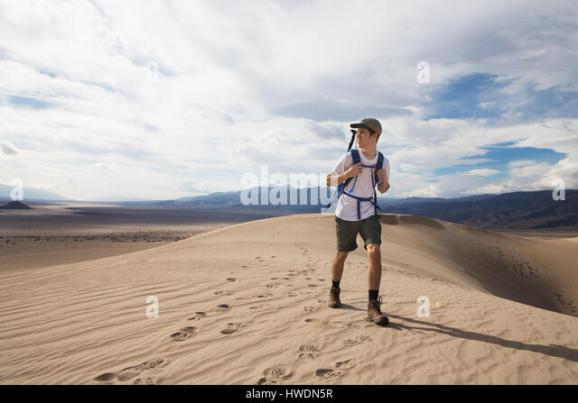 Trekker running in Death Valley National Park, California, US - Stock-Bilder
