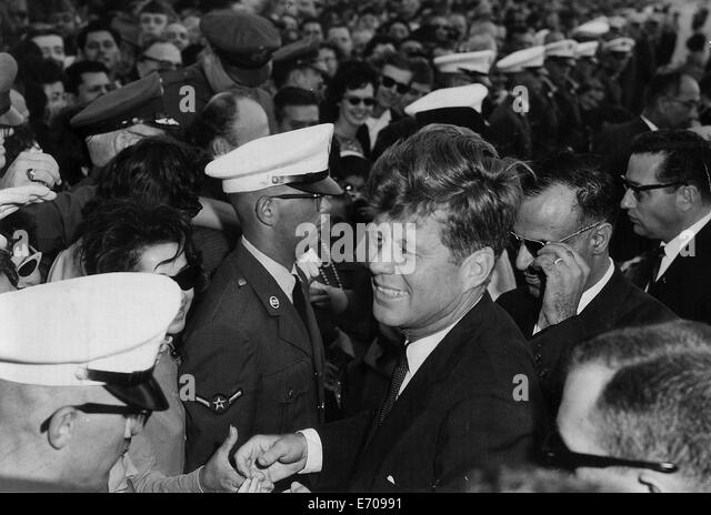 Nov 21, 1963 - San Antonio, Texas, U.S. - President JOHN F. KENNEDY shakes hands with the crowd at Brooks Air Force - Stock-Bilder