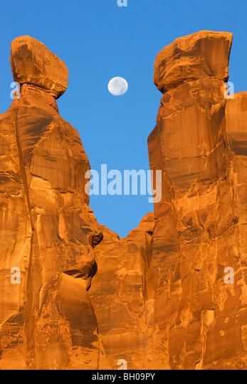 Near full moon along with the Three Gossips, Arches National Park, near Moab, Utah. - Stock-Bilder