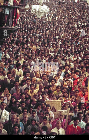 Thousands of Roman Catholics and other pilgrims crowd into the Se Cathedral in 1974 to view the body of Saint Francis - Stock Image