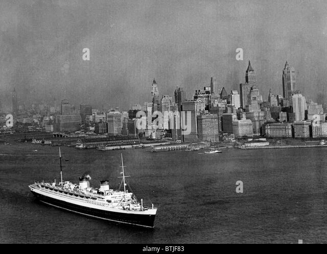 The S.S. Rex, and the New York City skyline, circa, 1939. CSU Archives/Courtesy Everett Collection - Stock Image