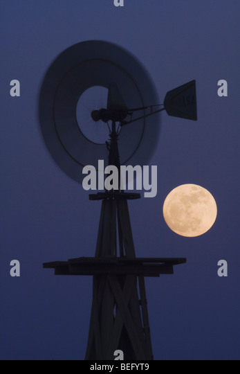 Wind mill at moon rise, Rio Grande Valley, Texas, USA - Stock-Bilder