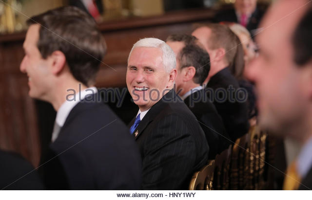 U.S.  U.S. Vice President Mike Pence (C) laughs along with Senior Advisor Jared Kushner (L) during a news conference - Stock-Bilder