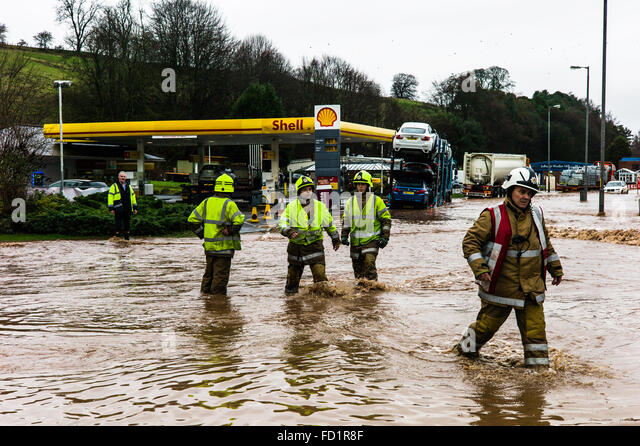Jedburgh, Scottish Borders, UK. 27th January 2016. Firecrews wade through a flooded A68 road in Jedburgh. The area - Stock Image