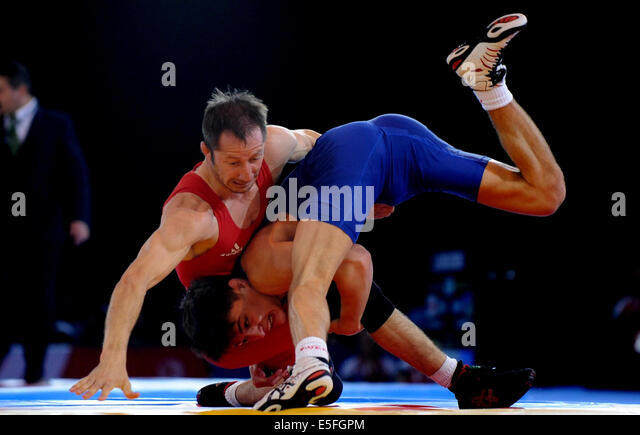 GEORGE RAMM (BLUE) & DEON SWAR WRESTLING SECC GLASGOW SCOTLAND 30 July 2014 - Stock Image