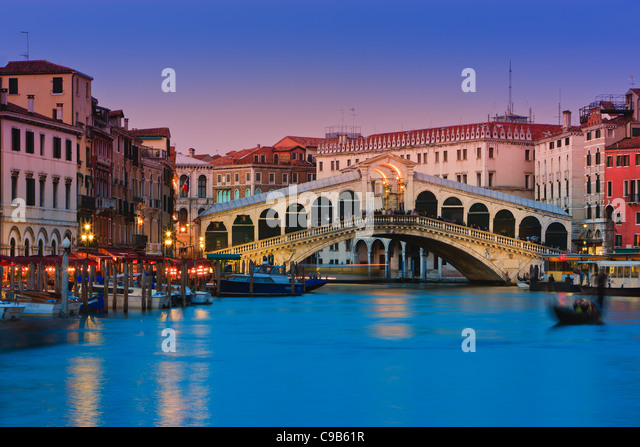 Sunset in Venice with the view to the Rialto Bridge over the Grand Canal - Stock-Bilder