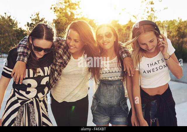 Group og teenage girls walking the streets and laughing - Stock-Bilder