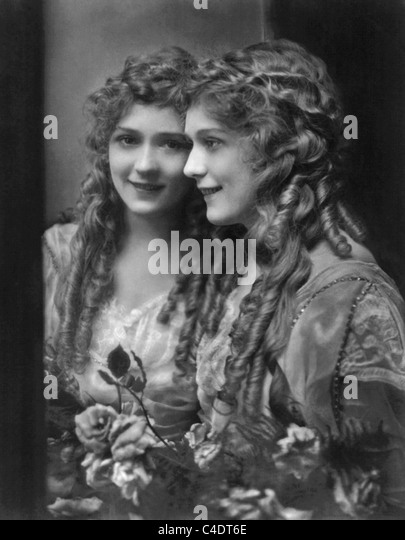 Vintage portrait photo circa 1914 of Canadian-born film actress Mary Pickford (1892 - 1979) standing next to a mirror. - Stock-Bilder
