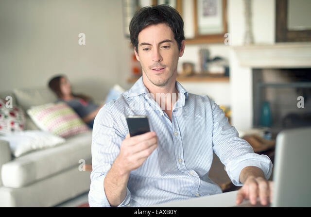 Man looking at cell phone - Stock Image