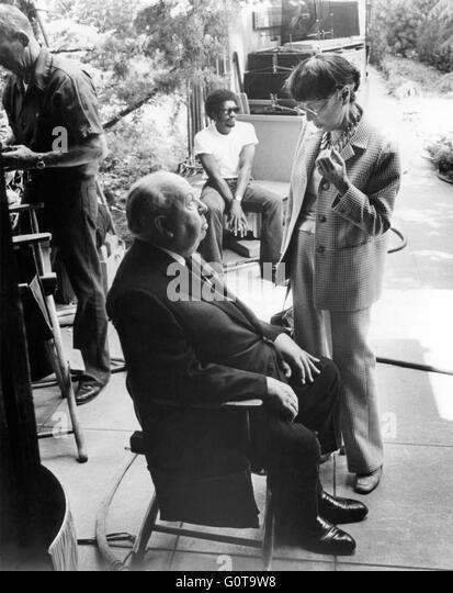 Sur le tournage, Alfred Hitchcock et Edith Head / Family Plot  / 1976 réalisé par Alfred Hitchcock. - Stock Image