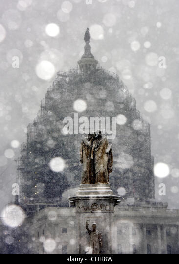 Washington, DC, USA. 22nd Jan, 2016. The Capitol and a statue are seen in snow in Washington, DC, the United States, - Stock Image