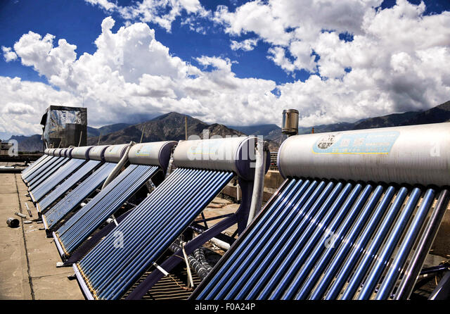 (150811) -- LHASA, Aug. 11, 2015 (Xinhua) -- Photo taken on Aug. 7, 2015 shows solar water heaters on a rooftop - Stock Image