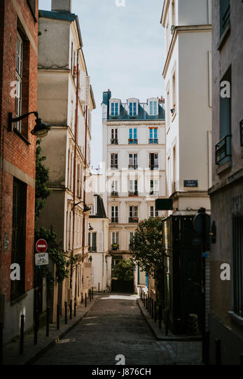 Small back street in Paris - Stock Image