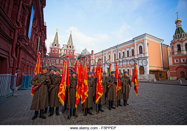 Moskva, Russia. November 7th, 2015. RUSSIA, Moscow: Several thousand servicemen march across the Red Square in commemoration - Stock Image