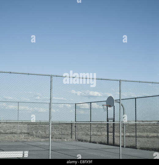 USA, Wyoming, View of outside basketball court in desert - Stock Image