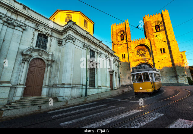 Tram in front of the Lisbon Cathedral at sunset - Stock-Bilder