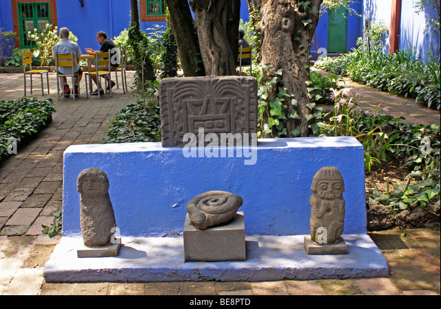 Pre-Columbian artifacts and outdoor cafe , Museo Frida Kahlo, also known as the Casa Azul, or Blue house, Coyoacan, - Stock Image