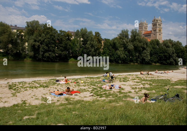 Germany Bavaria Munich People sunbathing on the banks of the Isar River which runs throught the city - Stock-Bilder