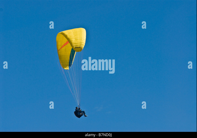 hang glider soaring in sky - Stock Image