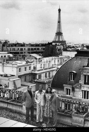 ALBERT R. CUBBY BROCCOLI ROGER MOORE LOIS CHILES & LEWIS GILBERT IN PARIS JAMES BOND: MOONRAKER (1979) - Stock Image