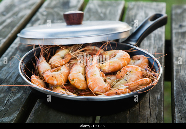 Fried shrimps (Atyidae) in frying pan, close-up - Stock-Bilder