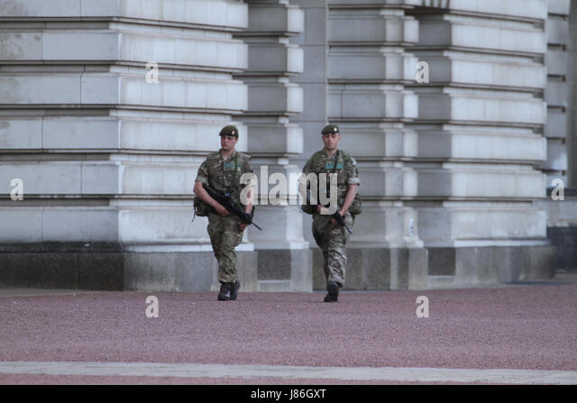 London, UK. 27th May, 2017. Soldiers carrying rifles march along Buckingham Palace front yard after threat level - Stock Image