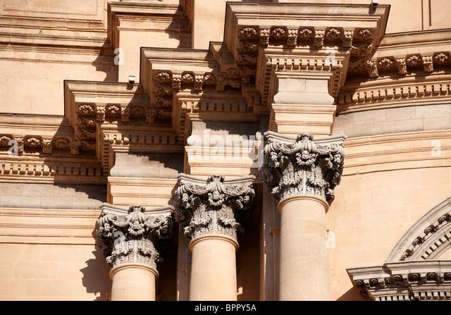 Corintian columns of the Baroque cathedral of St George designed by Rosario Gagliardi , Plaza Duomo, Ragusa Ibla, - Stock-Bilder