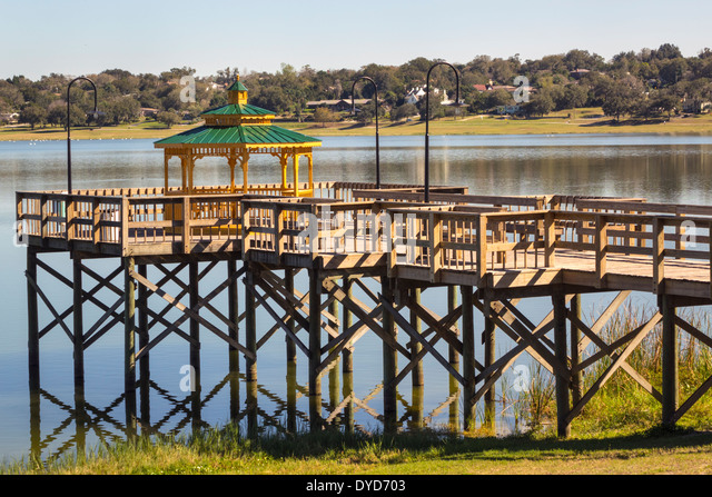 Lake Wales Florida Lake Wailes park pier gazebo water - Stock Image