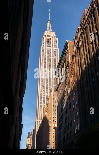 Classic nostalgic view of the Empire State Building from below, New York City - Stock-Bilder