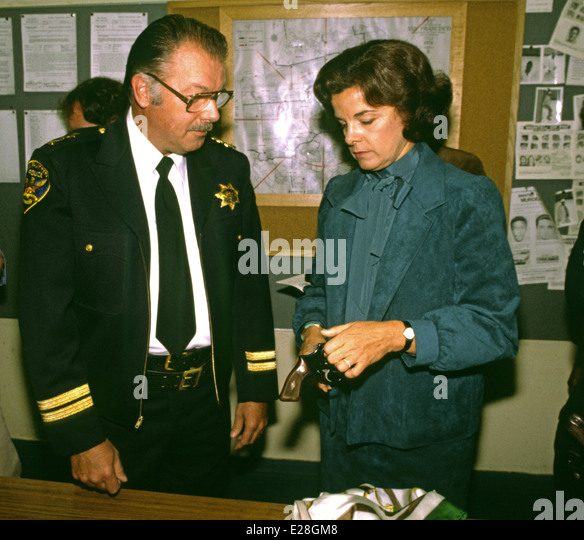 Mayor Dianne Feinstein turns in a handgun to Police Chief Cornelius Murphy, 1982 San Francisco - Stock Image