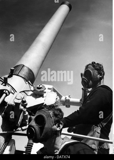 military, Australia, circa 1940, navy, anti-aircraft gunnery drill, artillerymen with gas masks on board of HMAS - Stock Image