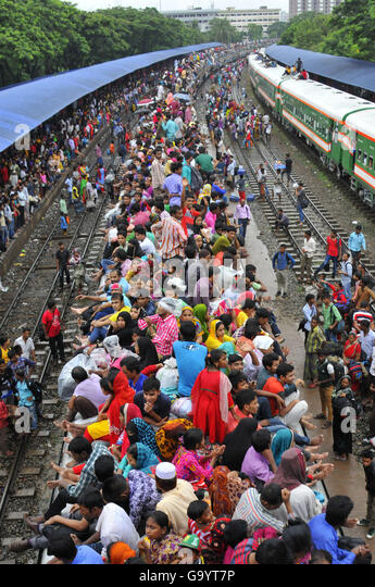 Dhaka, Bangladesh. 5th July, 2016. Passengers travel on top of a train leaving for their hometowns for the upcoming - Stock Image