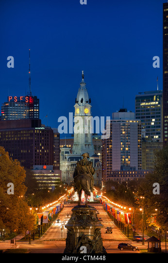 The Washington Monument at Eakins Oval looks to City Hall, Philadelphia, Pennsylvania, USA - Stock Image