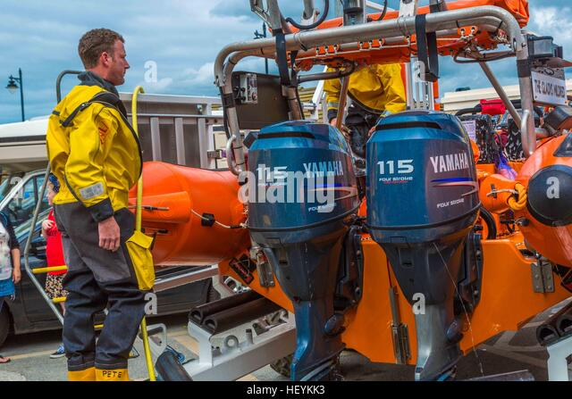 The RNLI in action in a rescue at Newquay Harbour in 2015 - Stock Image